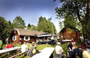 ALLT STÄMDE. Lundgrensstämman i Valbo bjöd på kanonväder och flera uppträdanden med dragspelsmusik av bland andra Jularbo Gille från Avesta.