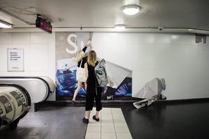 Skarp kritik riktas mot SL som har tillåtit SD:s annonskampanj på Östermalmstorg tunnelbanestation i Stockholm.