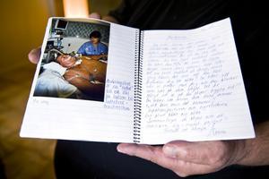 Han låg nedsövd under lång tid, som minne har han en bok med bilder och personalens anteckningar.