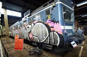 Även nutidshistoria finns att ta del av i fordonsmagasinet. Sveriges Järnvägsmuseum har valt att inte ta bort klottret från det här pendeltåget.– Som museum ska man inte det, så här såg ett tåg ut i Stockholm på 2000-talet, säger Robert Sjöö.