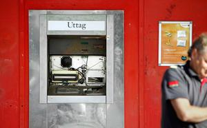 Uttagsautomaten i Bäckby centrum sprängdes under natten till lördag. På morgonen undersökte polis och väktare platsen.