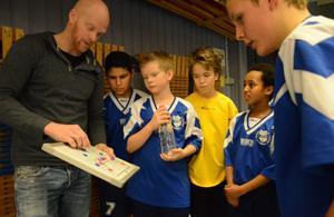 Henrik Karlsson har genomgång i halvlek med spelarna i IFK Nora.