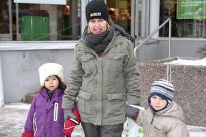 Ann Löfgren med förskolebarnen Agnes och Jonathan.