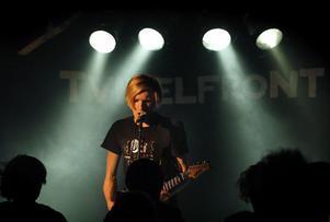 """släpper skiva. Lokala indiepopparna i Tvivelfront lät sina ångestfyllda toner flyta över lokalen då de hade releaseparty för sin egenhändigt släppta skiva """"About You"""" på Pipeline.Foto: Mats Olsson"""