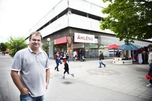 Björn Jonsson är en välkänd entreprenör i Bollnäs med flera stora fastighetsaffärer bakom sig. Tidigare ägde han till exempel Åhlénshuset.