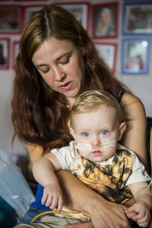 Efter en lång kamp mot sjukvården har Jennifers matproblem utretts grundligt och det visar sig att en artär trycker mot tvååringens matstrupe.