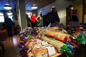 För gästerna finns det också möjlighet att få med sig bröd så det räcker några dagar. De flesta plockar med sig en full kasse.