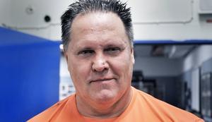 Göran Andersson, färsk världsmästare för veteraner i bänkpress, kommer.