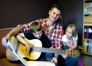 Musiken är ett gemensamt intresse. Sonen Uno håller på att lära sig spela gitarr. Lillasyster Ylva är också med på noterna.