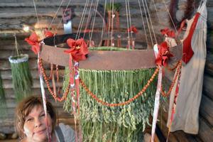 Ett exempel på kronor av gräs och papper som tillhör Inga-Britts hantverk.