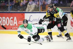 VIK vann hockeyallsvenskan säsongen 14/15. Men i direktkvalet mot Karlskrona tog det stopp. Gulsvart fick dock en chans till mot Rögle men föll med 1-4  i matcher. Här Jacobsson i match fem. FOTO: TT
