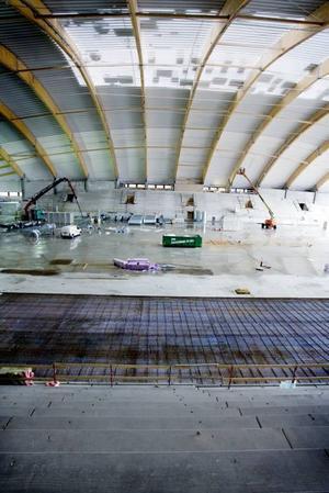 SNART. Det är bara cirka ett halvår kvar till               invigningen av Göransson Arena. Det sista av taket håller på att läggas och inne på planen förbereds det för isen.