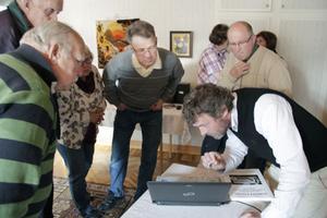 Håkan Hansson från Ownpower informerar Kårböleborna om detaljer i det stora vindkraftprojektet på Kölvallen.