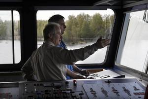 Mats Wallman och kapten Peter Cornelissen konfererar om säkraste färdvägen in mot hamn.