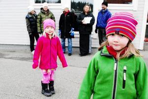 Nästa år ska kusinerna Jenny Eriksson och Frida Eriksson från Åsarna börja förskoleklass. Om byns skola läggs ner kommer de inte att få gå på Åsarnas skola, utan tvingas åka in till Svenstavik. Foto: Sandra Högman