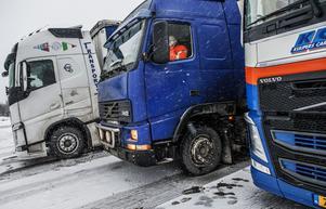 Snö och halka gör det svårt för lastbilar att ta sig fram på vägarna.