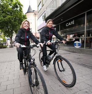Karin Svensson och Kristina Westman från Olofströms kvinno- och tjejjour cyklar en mil för varje mördad kvinna.