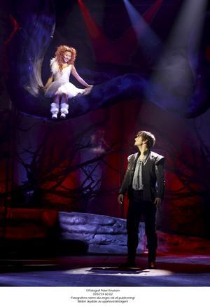 Annorlunda balkong. Uppflugen i det gamla träd som ramar in scenen möter (Lisette Pagler) Julia (Måns Zelmerlöv) Romeo i en ny tolkning av balkongscenen i Shakespeares klassiska tragedi. Men det är främst i dansnumren som musikalen glänser.
