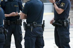 En utredning ska göras om polisens organisation. Den borde ha gjorts innan stora kullar nyexaminerade poliser anländer till oklara arbetsuppgifter på polismyndigheterna.