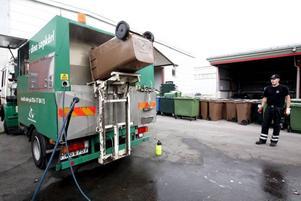 Här rengörs ett kompostkärl inuti.