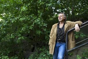 """Ulf Lundell är återigen ensam i huset på Österlen. Förhållandet med den 33 år yngre Ulrika Rickfors är slut. """"Den enda relation jag har är med en vildkatt där nere"""", säger han."""