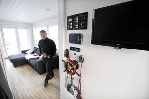 Husbåten kan fjärrstyras och har autopilot. Kontrollpanelen sitter monterad vid sovrummet i aktern. Det finns solpaneler på tillsammans 1 000 watt som laddar batterierna när det inte finns tillgång till landström. – Fem dygn klarar man sig på batterierna, säger Håkan Ottosson.