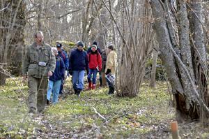 Under ledning av Sture Hermannson från Naturskyddsföreningen i Hallsberg blev ett 15-tal deltagare de första att guidas genom den nya cirka en kilometer långa stigen som löper runt naturreservatet Broby äng i Viby.