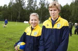 De unga ledarna Ida Montin från Korsnäs IF och Marcus Lycke från Sundborns IF hjälpte till med fotbollskolan.