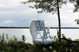 """Anki Hallqvist framför vernissagepubliken i Espnäs.Ewa Carlssons verk """"Chair-way to Heaven"""", som visas i utställningen """"Labyrint"""" i Espnäs. Foto: Torbjörn AronssonViggo Schultz ställer ut bemålade träreliefer i Persåsen.Glasskulptur av Kjell Janson.Ruth Goldmann förmår med en egen grafisk metod ge sina bilder ett alldeles särskilt djup.Jimmy Dahlberg inspireras av naturen och vill genom sina skulpturer förmedla en fri energi till betraktaren."""
