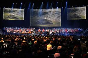 Så ser det ut när 400 sångare i olika åldrar och 100 medlemmar i orkestern ställer sig på samma scen.