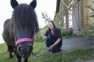 Maria Jonsson, ordförande LRF i Gävleborg med ponnyn Enok.