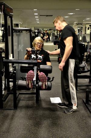 Anja Rudström får hjälp av Kenneth Andersson att träna baksidan av låren i