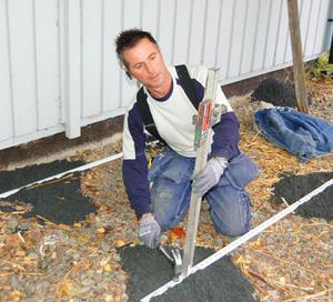Laservattenpasset underlättar Torbjörn Lundströms arbete med att få golvet plant.