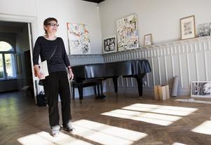 """På lördagen ställer Järnakonstnären Pia Jämtvall ut många av sina självbiografiska teckningar under samlingsutställningen """"Minnen"""" på Saltskog gård."""