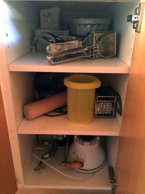Problemet med djupa köksskåp är att om man har mycket grejer i dem så måste man alltid flytta på något för att få fram något annat.