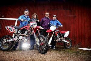 Glad familj. Joakim, Annika, Thomas och Emil Berggren i Vintrosa har alla skäl i världen att vara glada. Efter mycket detektivarbete lyckades de få tillbaka två av sina tre stulna motorcyklar från Litauen.