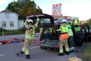 Taket fick tas loss för att på ett säkert sätt få ut de två personerna i den ena av bilarna.
