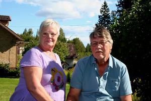 Asta och Bertil Holgersson har lämnat gården i Kvilla, Småland, där de bott i 26 år. De står inte ut med ljudet från vindkraftverken i närområdet. Ett av verken hade Jämtlands läns landsting planerat att äga, men har nyligen bytt till ett verk i Kalmar kommun i stället.