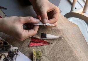 Så gör du ett eget julkort:    1. Använd en mönstersax med vågig kant för att klippa till pappersbitar, formade som granar, i olika storlekar.    2. Vik granarna på mitten, lägg dem på varandra ovanpå ett lite styvare papper och sy med raksöm i mittvecket.    3. Vik det styva pappret dubbelt så att granen hamnar på framsidan av kortet. Skriv din julhälsning intill. Klart!