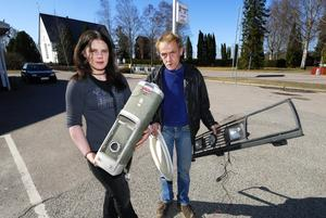Grovsopor. Att dra in mobila återvinningscontainrar är ingen miljövinst, anser Vikabor. Vaktmästyare Göran Tjärnström och Maria Wikman har händerna fyllda av grovsopor.