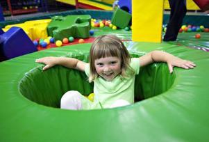 """I bollhavet finns Elsa Bååth, tre och ett halvt år. I två timmar har hon lekt med bollar och byggt med lego. """"Det är jätteroligt"""" säger hon."""