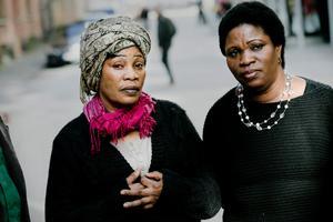 - Jag ringde till polisen här i Sverige och talade om att de inte får komma och hämta min mamma, säger Annie Brown.