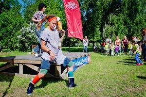 Sara Larson teckenspråkstolkade sångerna som barnen dansade och jympade till på Friskis och svettis barndag i Skytteparken.