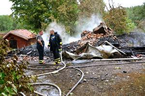 Svart natt. Endast förkolnade rester av stugan återstod efter åskgudens härjning i Berg. Brandvärnet från Mariedamm bevakade brandplatsen under onsdagen.