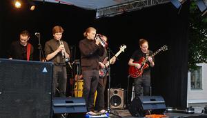 Reggae på svenska bjöd åttamannabandet Kärrgruvan från Norberg på. Värmande rytmer i en något regntung och kylig augustikväll.