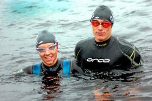Bibben Nordblom och Johan Nykvist på väg ut i Norasjön för ett av sina första träningspass ihop, tanken är att simma ut till ön, springa runt den, simma till andra sidan sjön och springa hem.