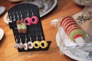 En nyhet för i år är Sabinas virkade örhängen, föreställande engelsk konfekt.
