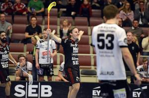 Alexander Galante Carlström har precis kanonskjutit in 3–0 till Falun.