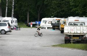 Nu har de irländska asfaltsläggarna tagit sig ända in i Gävle. Parkeringen i Stora Vall är fylld av deras fordon och husvagnar.