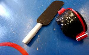 Utrustningen består av racket och ett par glasögon som gör att man inte kan se något av spelet.